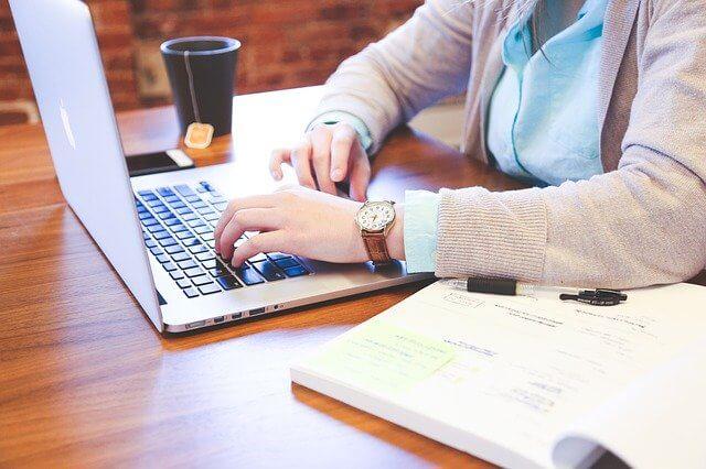 パソコン作業としている女性