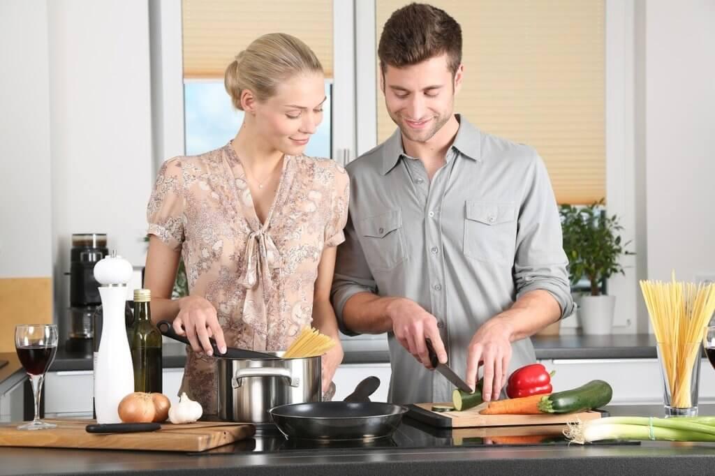 料理をしている男性と女性