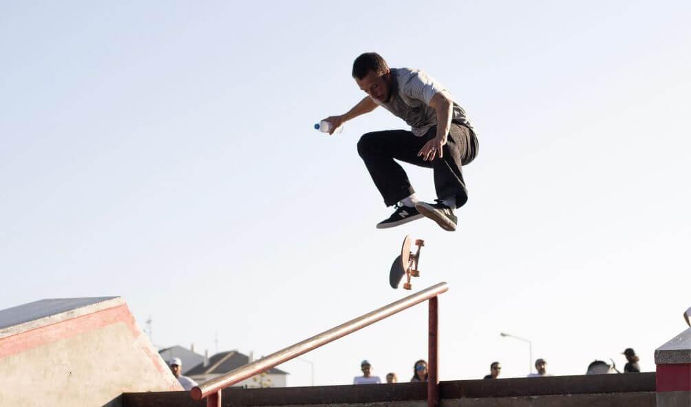 スケートボードを回している男性