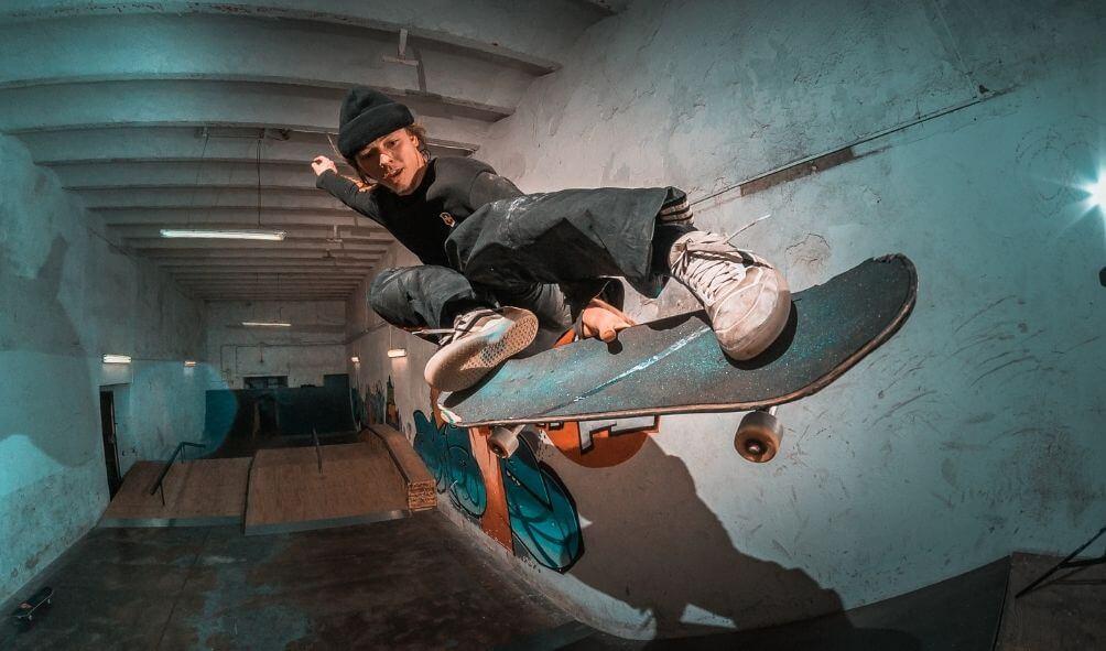 スケートボードの男性