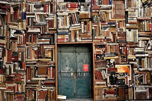 本に囲まれた扉